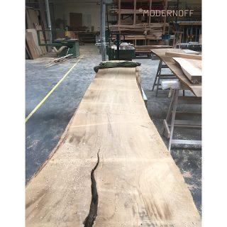 Nasze meble wykonujemy z najwyższej jakości, wyselekcjonowanego drewna. Te jesionowe deski z naturalnymi pęknięciami dotarły do nas na specjalne zamówienie aż z Austrii!  Czym charakteryzuje jedno z najstarszych gatunków drzew?  Jest gatunkiem pierścieniowo-naczyniowym o zabarwionej i niezabarwionej twardzieli. Drewno jesionu ma wyraźny, dekoracyjny rysunek słojów.  Jesion jest bardzo sprężysty, a świeżo ścięte drewno pod wpływem parzenia łatwo się wygina i dobrze się poleruje.  #MODERNOFF #pięknonalata #wnętrza #meblenazamówienie #meblenawymiar #drzwinazamówienie #projektowaniewnętrz #design #woodenfurniture #woodendoor #drewno #drewnojesionowe#jesion #drewnonaturalne #drewnianemeble